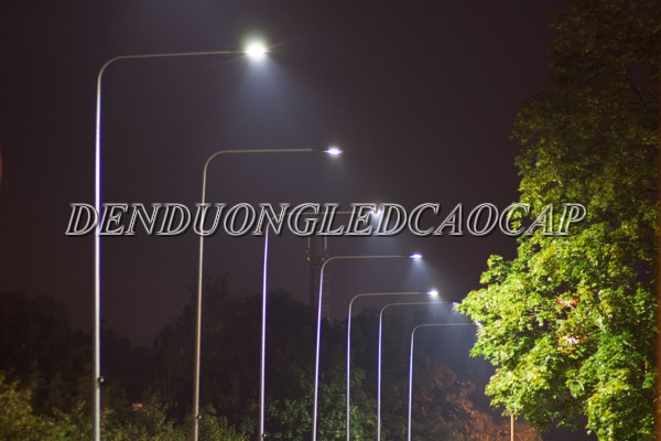 Lắp đặt đèn đường ở một bên đường